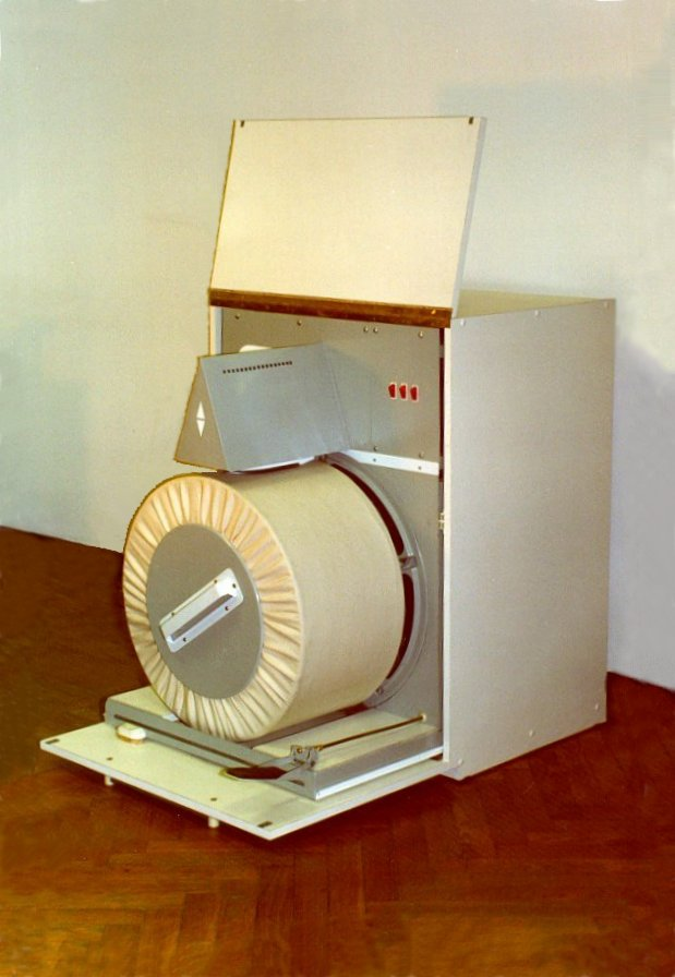 Household machine for clothes ironing